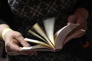 Kniha, čtenář - ilustrační foto