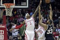 Střelu Borise Diawa (v tmavém dresu) blokují Josh Smith (5) a Corey Brewer (33) z Houston Rockets.