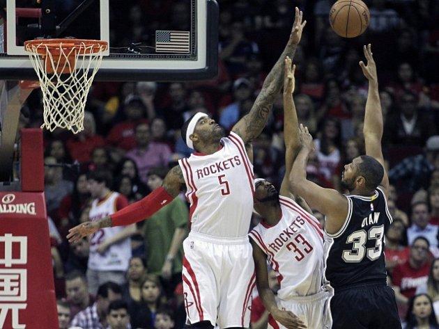 Střelu Borise Diawa (v tmavém dresu) blokují Josh Smith (5) a Corey Brewer (33) z Houston Rockets.