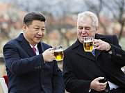 Prezident Miloš Zeman a jeho čínský protějšek Si Ťin-pching si na závěr Si Ťin-pchingovy návštěvy ČR připili pivem na terase Strahovského kláštera v Praze.