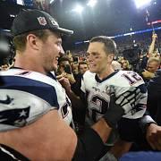 Tom Brady (vpravo) oslavuje s Patriots triumf v Super Bowlu.