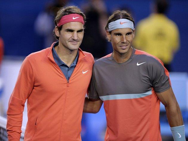 Roger Federer (vlevo) a Rafael Nadal si zahrají v Praze na Laver Cupu.