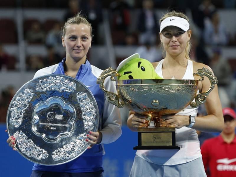 Petra Kvitová (vlevo) ve finále turnaje v Pekingu nestačila na Marii Šarapovovou.