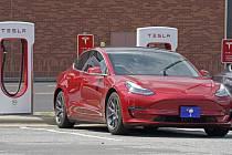 Elektromobil Tesla u nabíječek. Ilustrační foto