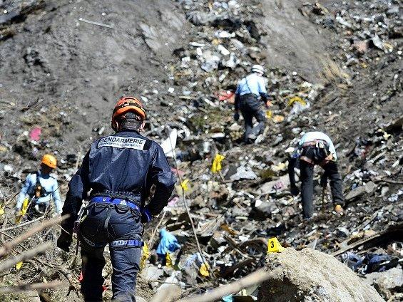 Záchranáři ve francouzských Alpách prohledávají trosky německého airbusu.