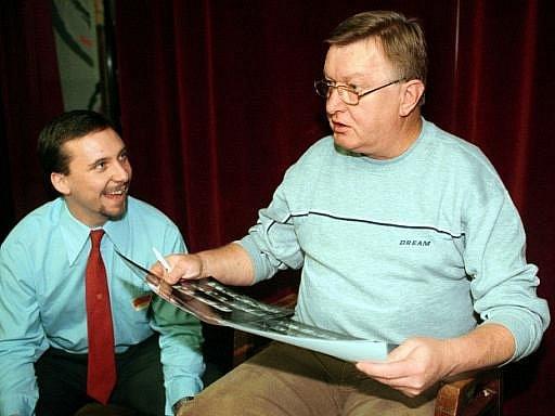 Bývalý televizní hlasatel Miloš Frýba (vpravo na archivním snímku z 16. listopadu 1999) 30. prosince zemřel. Bylo mu pětašedesát let. V 70. a 80. letech patřil k ikonám obrazovek.