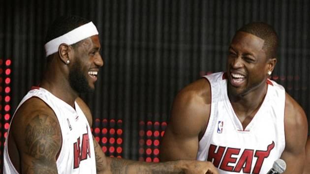 Hvězdy Miami LeBron James (vlevo) a Dwyane Wade.