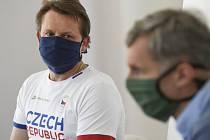 Předseda Českého olympijského výboru (ČOV) Jiří Kejval a sportovní ředitel ČOV Martin Doktor (vlevo) na brífinku ČOV 23. března 2020 v Praze.
