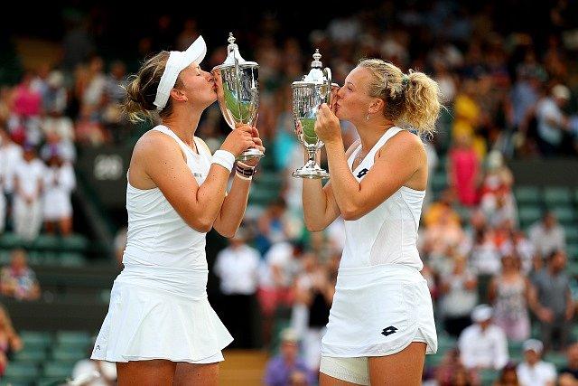 Barbora Krejčíková a Kateřina Siniaková ovládly Wimbledon