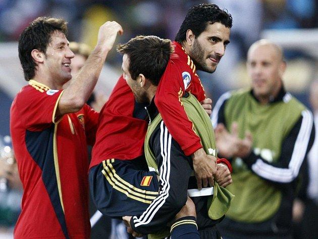 Španělští fotbalisté gratulují svému spoluhráči Danielu Güizovi (uprostřed) ke gólu proti JAR v boji o bronz na Poháru FIFA.