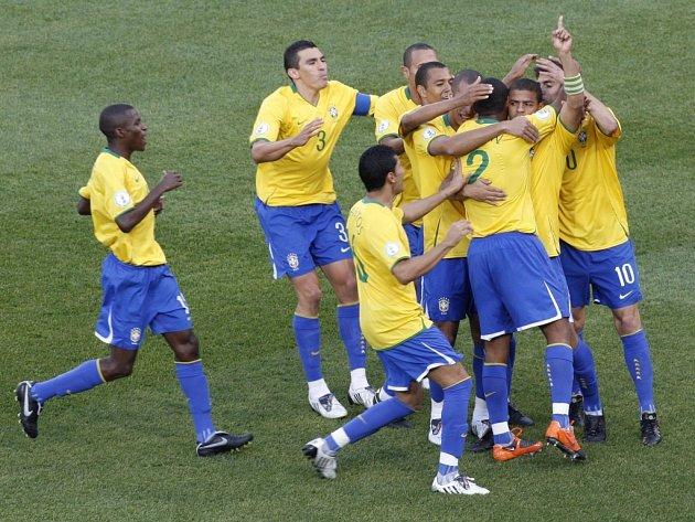Fotbalisté Brazílie slaví úvodní gól Mela (druhý zprava) proti USA v Poháru FIFA.