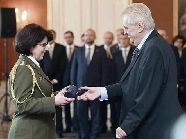 Prezident Miloš Zeman povýšil 8. května v Praze do hodnosti generálky Lenku Šmerdovou, která se tak stala první ženou české armády v této hodnosti.