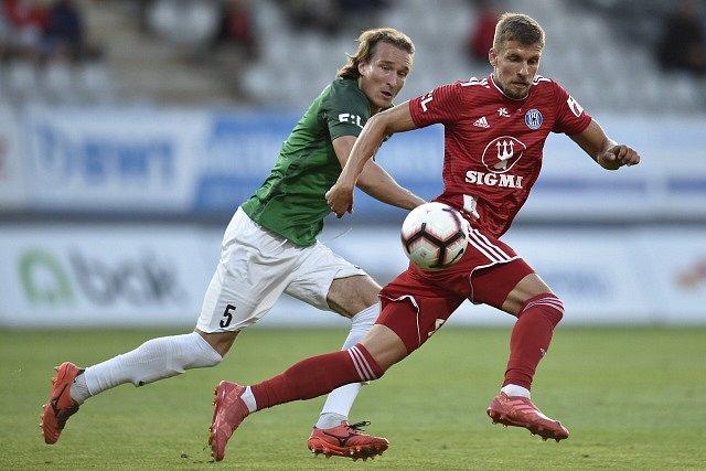 Utkání 6. kola první fotbalové ligy FK Jablonec - Sigma Olomouc. Zleva Matěj Hanousek z Jablonce a Jiří Texl z Olomouce.