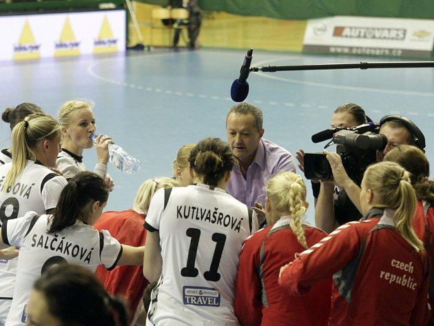 Trenér české reprezentace Jan Bašný uděluje pokyny svým svěřenkyním.