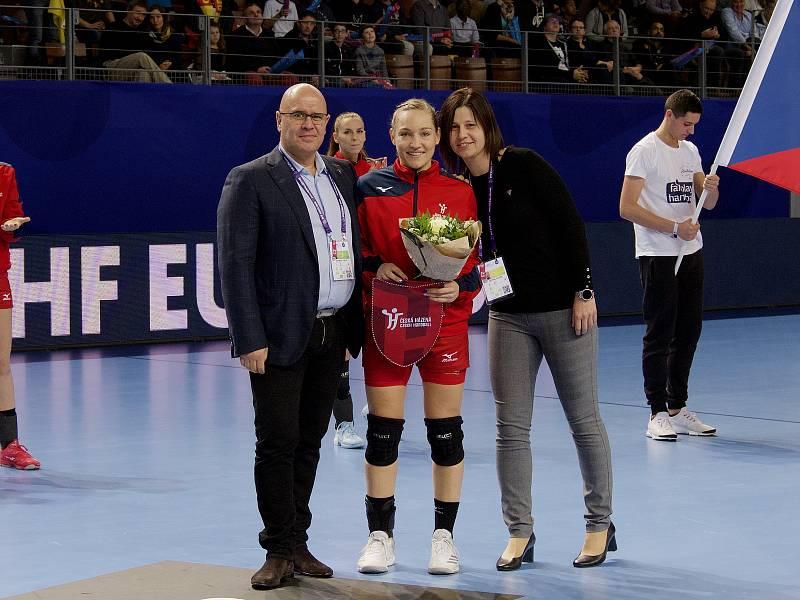 Házenkářka Jana Knedlíková nastoupila dosud v reprezentačním dresu ve 113 utkáních. Stý duel odehrála před třemi lety proti Německu..