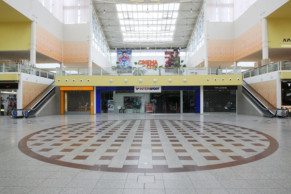 Stejně to pak vypadá i uvnitř centra, které běžně každý den navštíví tisíce lidí.