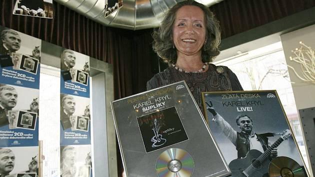 Marlen Krylová dnes v Praze převzala od firmy Supraphon Music zlatou desku za prodej dvojalba Karel Kryl - Live s nahrávkou z jeho koncertu, který odehrál v roce 1990 v pražské Lucerně.
