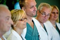 Výroční cenu za rok 2014 udělila Česká transplantační nadace profesoru Matsi Brännströmovi (uprostřed) ze Švédska.