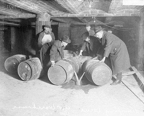 Američtí federální agenti likvidují sudy s nelegálním alkoholem