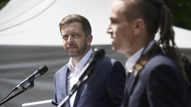 Předseda Starostů a nezávislých (STAN) Vít Rakušan a předseda Pirátů Ivan Bartoš