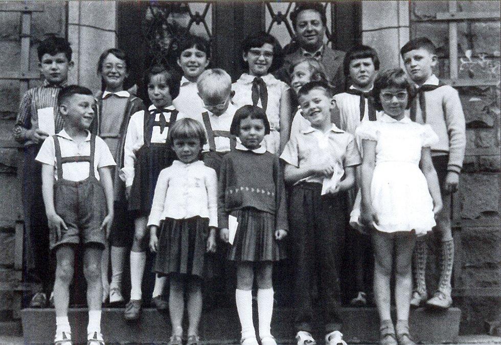 Petříkovické děti s ředitelem školy Karlem Šolcem počátkem šedesátých let dvacátého století