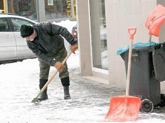 Takto se zbavovali čerstvého a ušlapaného sněhu na hodonínské Národní třídě.