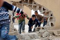 Čtyřleté děti, které nikdy nezažily nic jiného než válku. Mrtví rodiče a příbuzní, zničené školy. Takové jsou životní podmínky nejmenších v syrském Aleppu. Ilustrační foto.