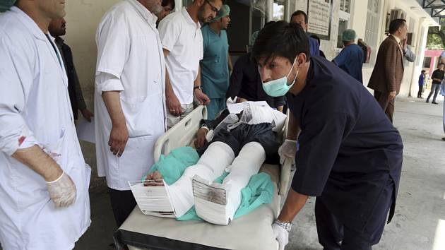 Zraněný muž po útoku sebevražedného atentátníka v afghánské metropoli Kábulu