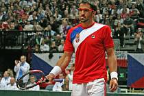 Janko Tipsarevič v Davis Cupu proti Tomáši Berdychovi.