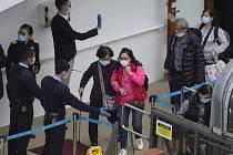 Úřady v Hongkongu pustily z karantény 3600 cestujících a 1800 členů posádky z obří výletní lodi World Dream.
