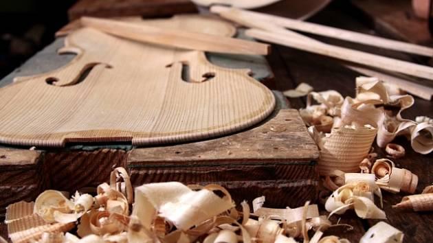 Výroba houslí, ilustrační foto.