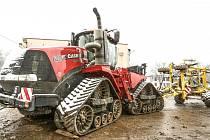Dotace z prostředků Evropské unie umožnily zemědělcům v Bečvárech zakoupit nový moderní traktor a také dlátový kypřič půdy. Tyto stroje řídí superpřesná navigace