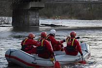 Záchranáři stále pátrají po pohřešovaném vodákovi z raftu.