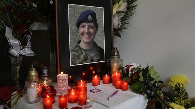 Pietní místo na pražském vojenském letišti Kbely, kam vojenský speciál přivezl 13. listopadu 2020 tělo rotmistryně Michaely Tiché, která předchozího dne zemřela na Sinaji po pádu vrtulníku mnohonárodnostních sil