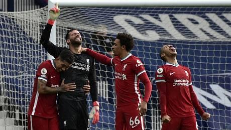 Oslava vítězství. Liverpool spasil brankář Alisson Becker