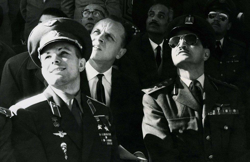Jurij Gagarin (vlevo) pozoruje vojenskou přehlídku v Egyptě v roce 1962