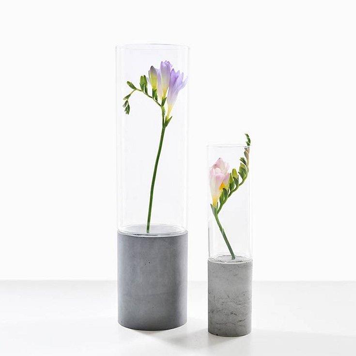 Skleněná konstrukce vázy je vsazená do stabilní podstavy z betonu, jejíž přirozenost nechá chytře vyniknout kouzlu každé květiny.