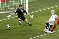 První gól čtvrtfinálového zápasu vstřelil Němec Schweinsteiger, který využil ideální přihrávky Podolskeho.