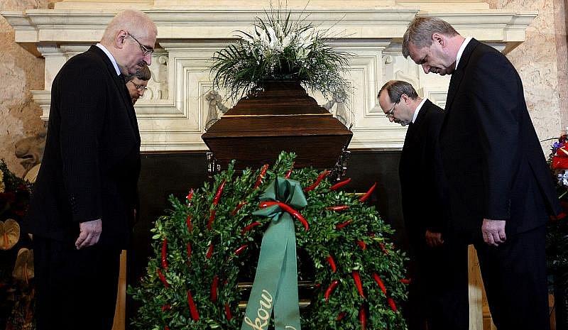 Naposled se zesnulým Jiřím Dienstbierem se mohli lidé rozloučit 14. ledna v budově Senátu v Praze.