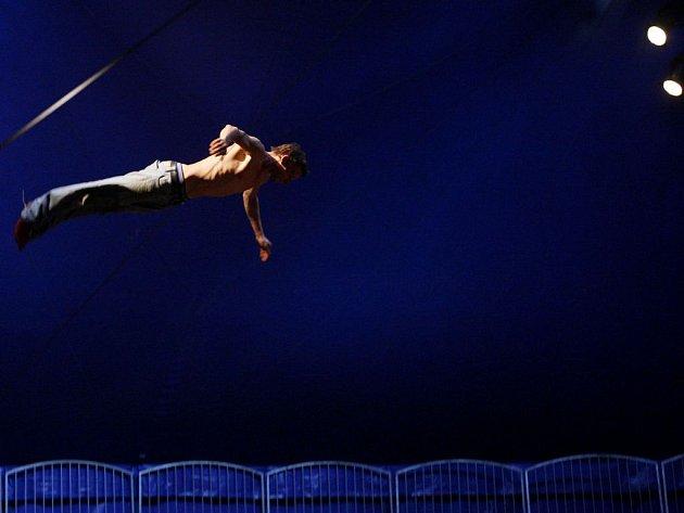 Francouzský soubor Cirque Galapiat byl hvězdou loňského ročníku festivalu cirkusu Letní Letná.