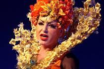 ANI NAMOŽENÉ HLASIVKY nezabránily Martině Pártlové ve skvělém výkonu. Diváci ale obdivovali během představení nejen zpěv, ale i honosné kostýmy od výtvarnice Evženie Rážové.