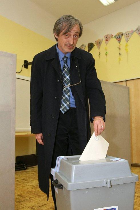 Martin Stropnický u volební urny.