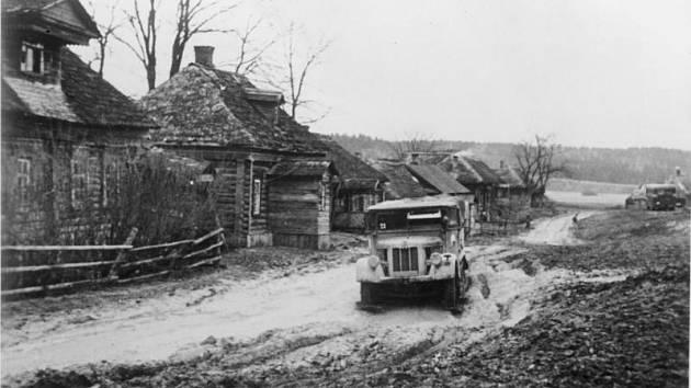 Německý vůz zapadlý v blátě. Hustě pršet začalo už 8. října 1941. Německá technika se bořila a nemohla postupovat