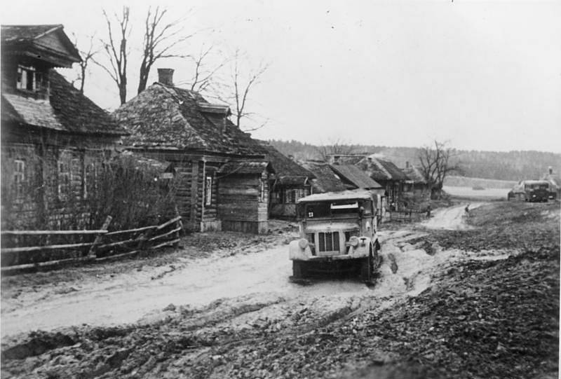 Německý vůz zapadlý před Moskvou v blátě. Hustě pršet začalo už 8. října 1941, německá technika se bořila a nemohla postupovat