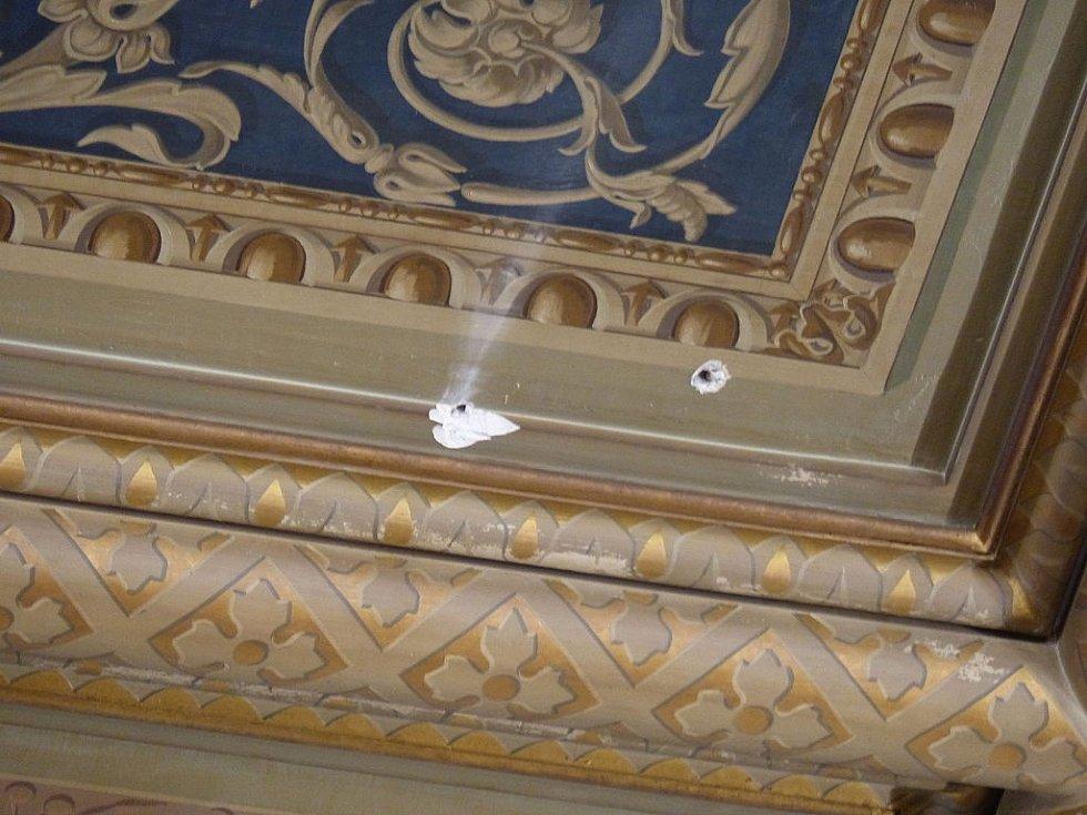 Němým svědkem pokusu o převrat zůstalo několik projektilů zarytých do stropu sněmovny