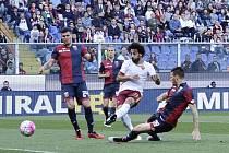Mohamed Salah (ve světlém) střílí první gól AS Řím do sítě Janova.
