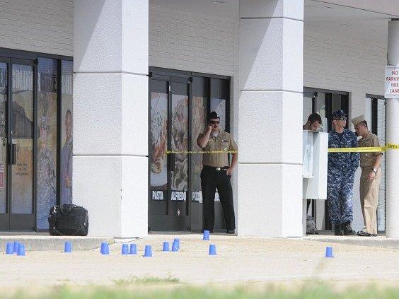 Vyšetřovatelé na místě střelby.