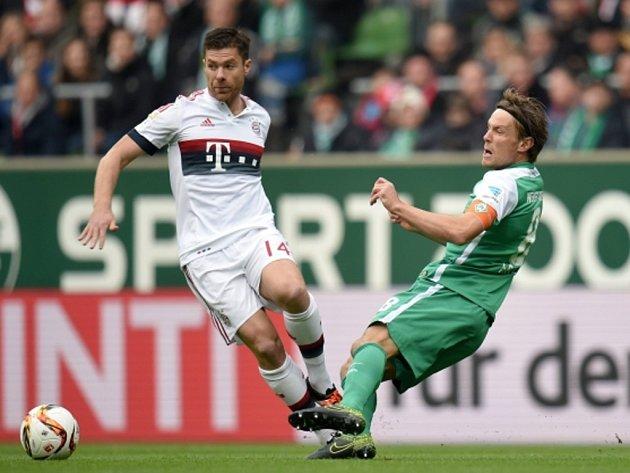 Xabi Alonso z Bayernu Mnichov (vlevo) proti Brémám.