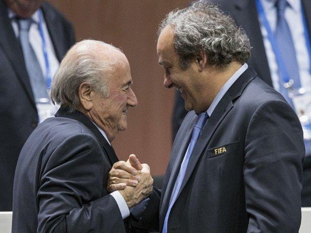 Prezident FIFA Sepp Blatter (vlevo) a šéf UEFA Michel Platini.