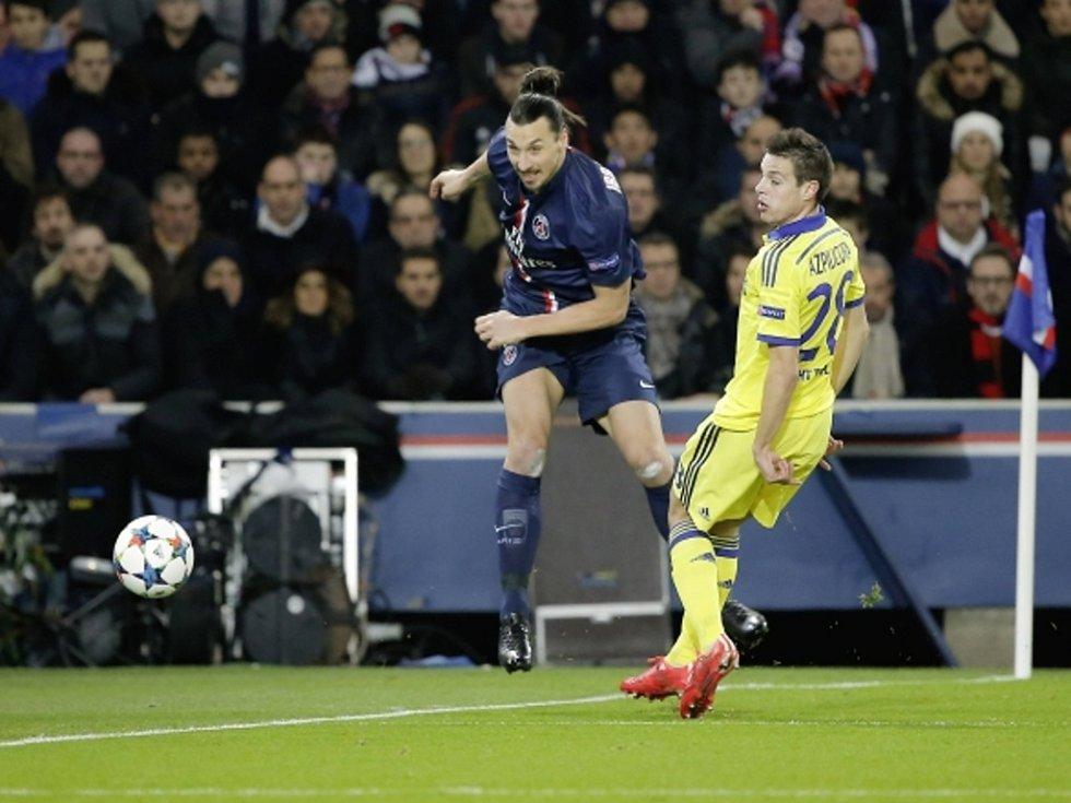 Zlatan Ibrahimovic z Paris St. Germain (vlevo) pálí proti Chelsea.